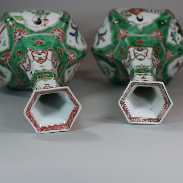 Pair of Chinese famille verte facetted bottle vases, Kangxi (1662-1722) - image 5