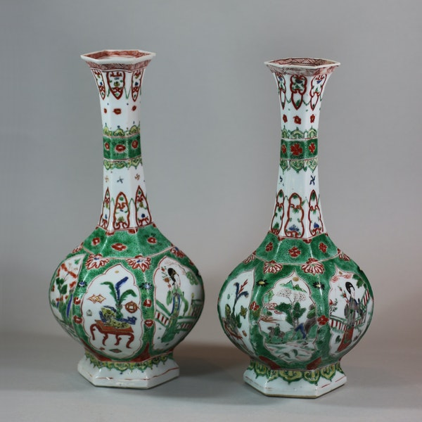 Pair of Chinese famille verte facetted bottle vases, Kangxi (1662-1722) - image 2
