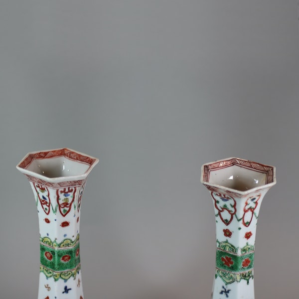 Pair of Chinese famille verte facetted bottle vases, Kangxi (1662-1722) - image 4