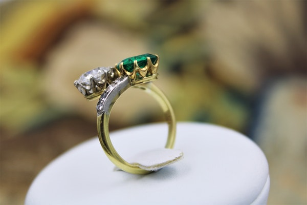 An exceptional Colombian Emerald & Diamond Ring mounted in 18ct Yellow Gold & Platinum, English,Circa 1910 - image 3