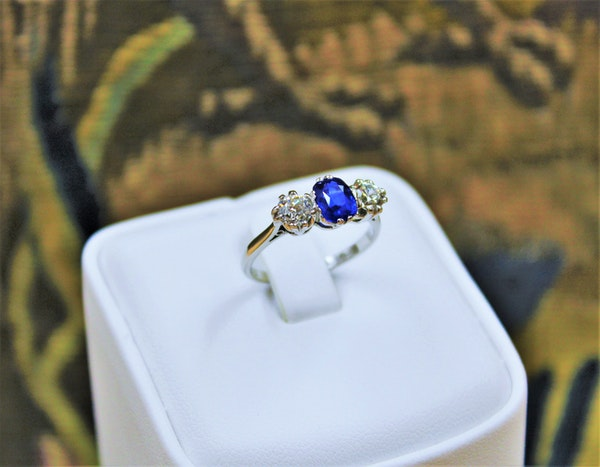 An extremely beautiful Sapphire and Diamond Three Stone Ring, Circa 1935. - image 3