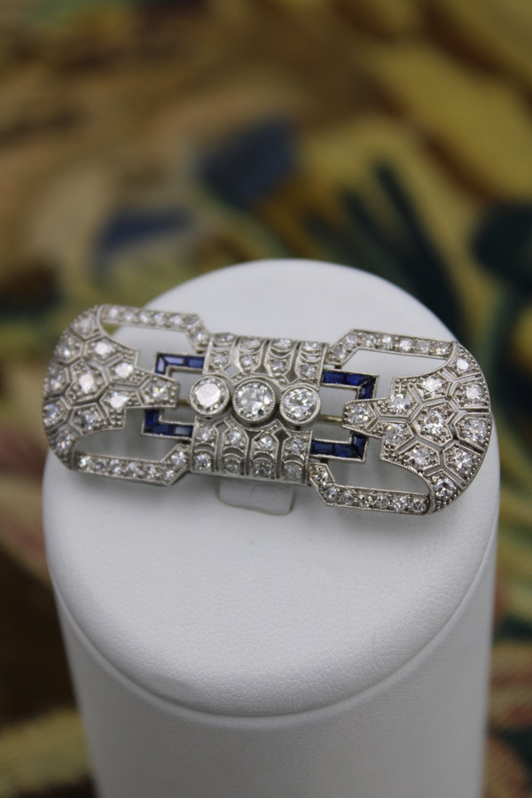 "A very fine Platinum, Diamond and ""Calibre cut"" Sapphire ""Art Deco"" Brooch, Circa 1930. 5,750.00 - image 4"