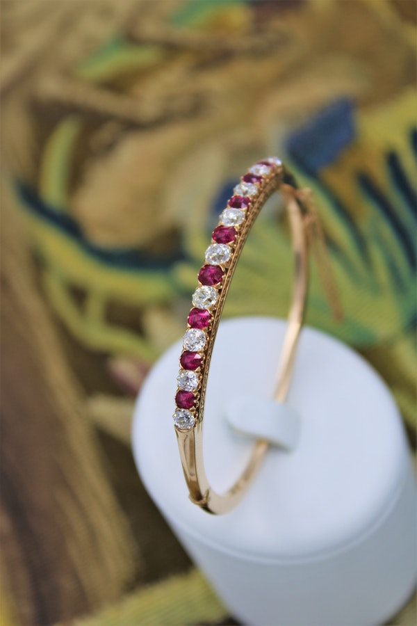 An exceptional Ruby & Diamond Edwardian Bangle in 15 Carat Gold, English, Circa 1905 - image 1