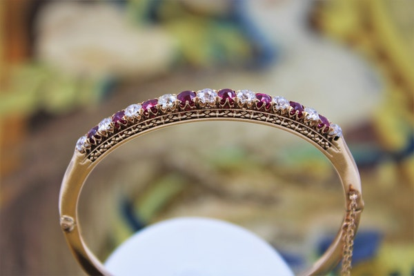 An exceptional Ruby & Diamond Edwardian Bangle in 15 Carat Gold, English, Circa 1905 - image 4