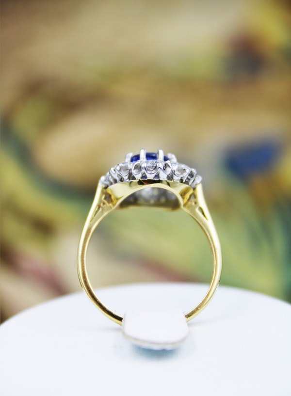 A fine 2.01ct Sapphire and Diamond Cluster Ring mounted in 18ct Yellow Gold & Platinum, Pre-owned - image 3