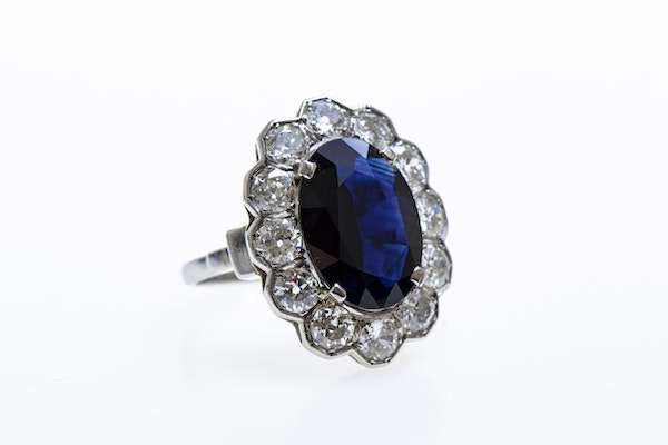 A remarkable Oval Sapphire & Diamond Cluster Ring mounted in Platinum, French, Circa 1935 - image 3