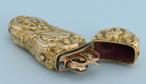 VERY FINE GOLD REPOUSSE SEWING ETUI - image 5