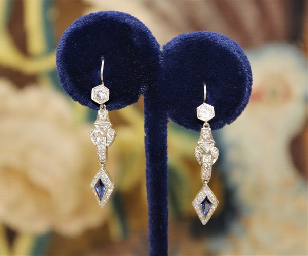 A fine pair of Sapphire and Diamonds Earrings, Circa 1950 - image 1