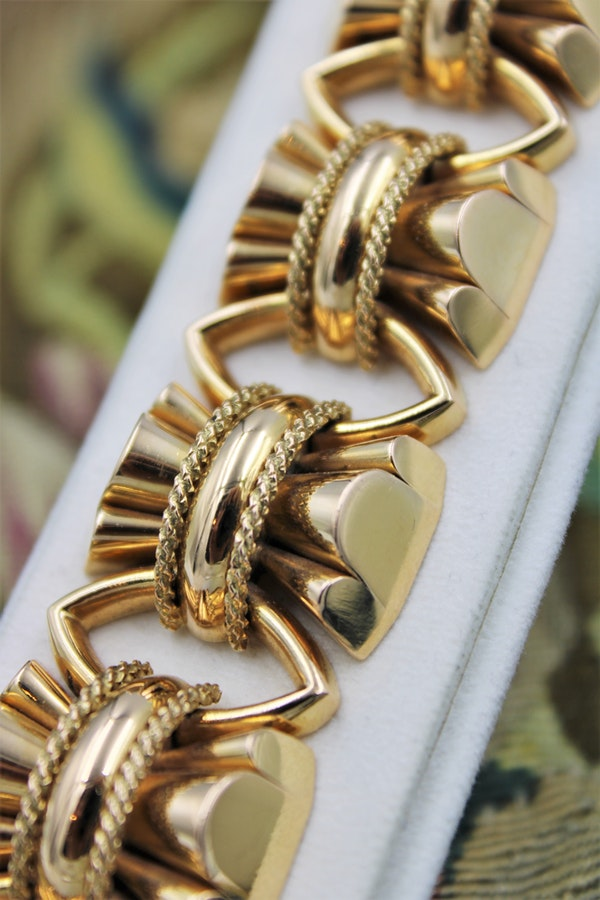 "An exceptional example of a French ""Retro"" Heavy Yellow Gold Bracelet, French, Circa 1940 - image 2"