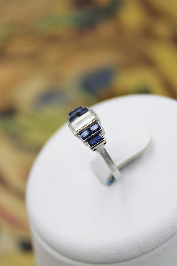 A very beautiful Art Deco 0.75 Carat Diamond and Sapphire Ring mounted in Platinum, English, Circa 1925 - image 1