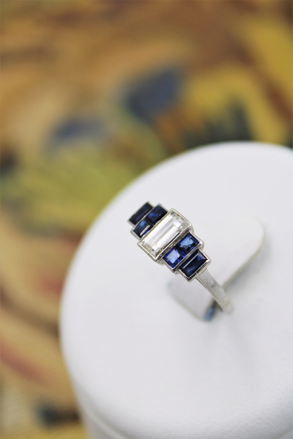 A very beautiful Art Deco 0.75 Carat Diamond and Sapphire Ring mounted in Platinum, English, Circa 1925 - image 3