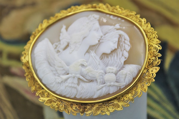 "A very fine Shell Cameo and 18ct Yellow Gold (Marked) ""Cannetille"" Work Brooch, Circa 1830. - image 2"