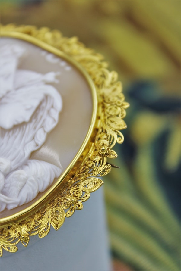 "A very fine Shell Cameo and 18ct Yellow Gold (Marked) ""Cannetille"" Work Brooch, Circa 1830. - image 3"