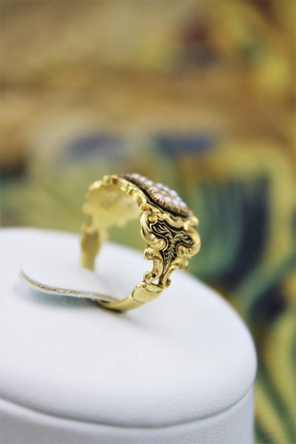 A fine mourning ring set with Seed Pearls in 18 Carat Yellow Gold, London, 1826 - image 3