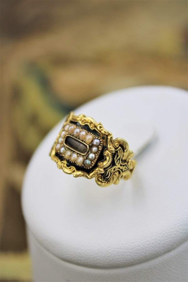 A fine mourning ring set with Seed Pearls in 18 Carat Yellow Gold, London, 1826 - image 1