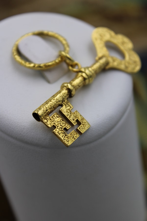 An extremely finely worked 9 Carat (tested) Yellow Gold Key Pendant, Circa 1905. - image 2
