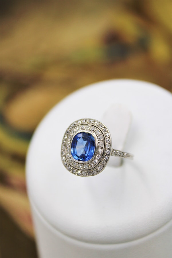 A fine Platinum Oval Ceylon Sapphire & Double Diamond Cluster Ring, Circa 1940.. - image 1