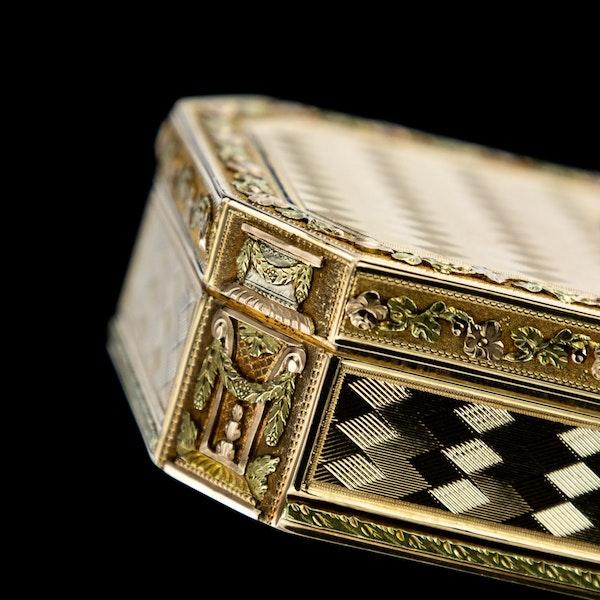 ANTIQUE 19thC SWISS 18k THREE-COLOUR GOLD SNUFF BOX, GENEVA c.1800 - image 15