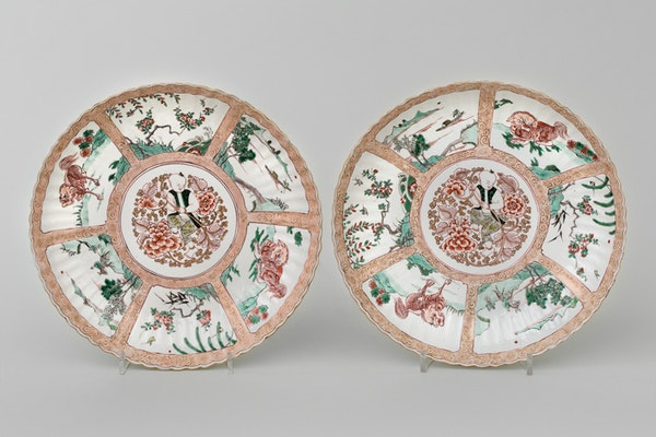 A PAIR OF RARE CHINESE FAMILLE VERTE AND NOIR DISHES, KANGXI (1662-1722) - image 1