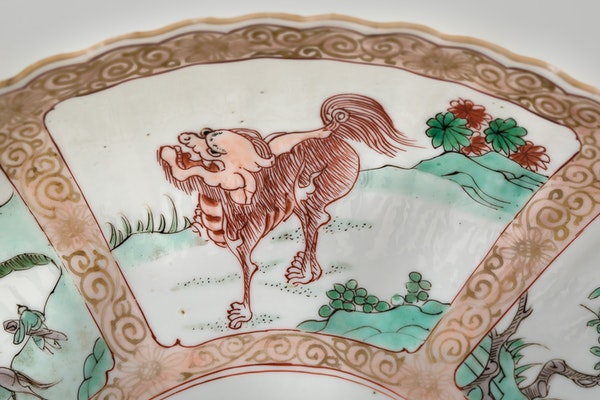 A PAIR OF RARE CHINESE FAMILLE VERTE AND NOIR DISHES, KANGXI (1662-1722) - image 3