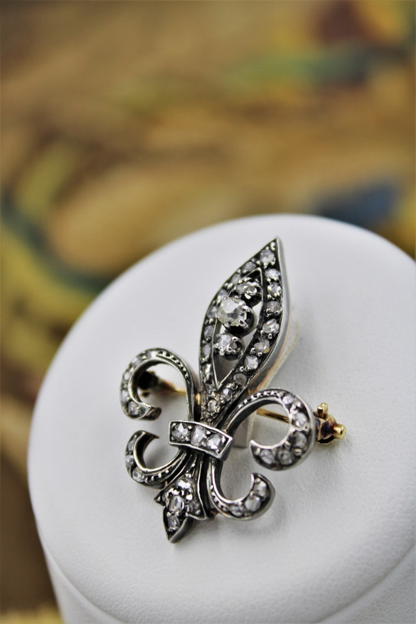 A Victorian Fleur de Lys Diamond Brooch in High Carat Yellow Gold (tested) & Silver, English, Circa 1880 - image 1