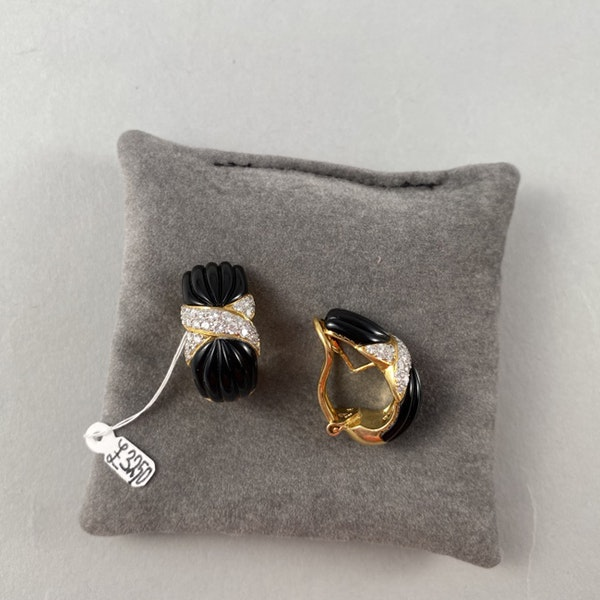 Clip Earrings Onyx and Diamond in 18ct Gold date circa 1970  SHAPIRO & Co since1979 - image 4
