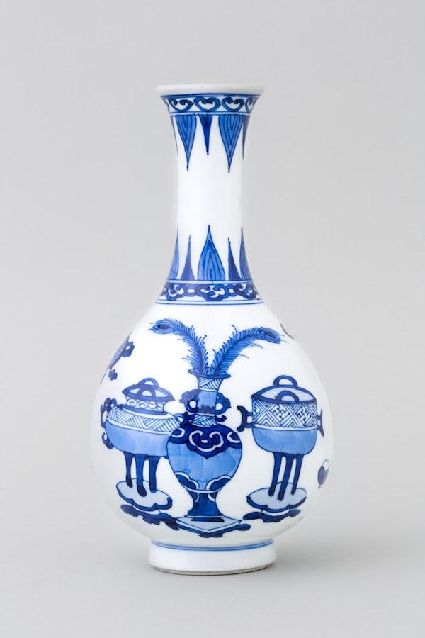 A CHINESE BLUE AND WHITE 'HUNDRED ANTIQUES' BOTTLE VASE, KANGXI (1662 – 1722) - image 2