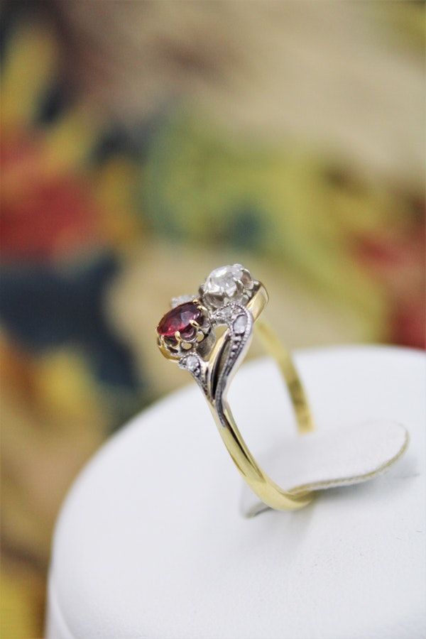 A very fine Art Nouveau Ruby & Diamond Twist Ring in 18 Carat Yellow Gold & Platinum tipped (tested), Circa 1905 - image 2