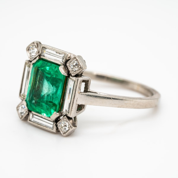 Art Deco emerald and diamond ring - image 3