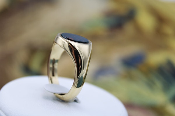 A very fine Bloodstone Signet Ring mounted in 9ct Yellow Gold (Hallmarked), English, Circa 1978 - image 2