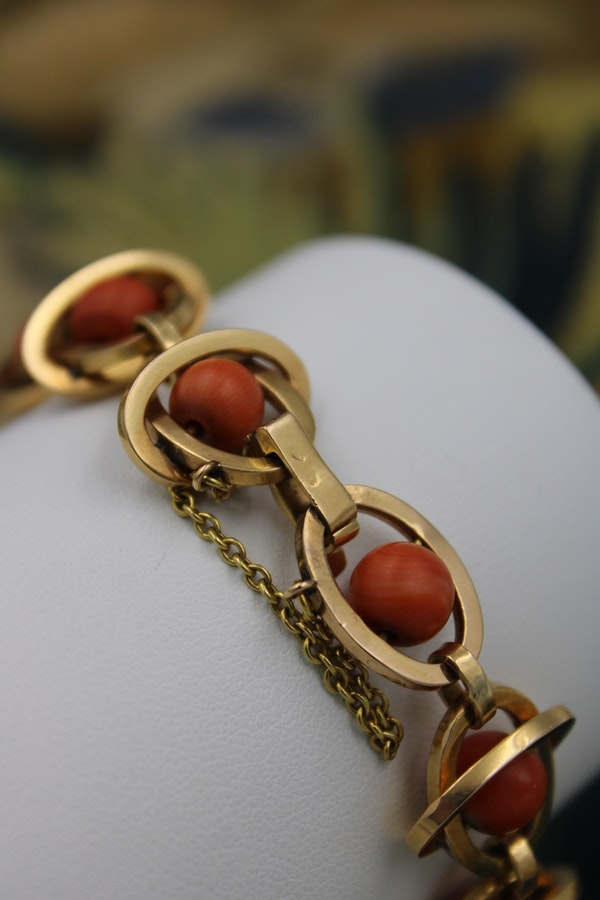 A very unusual Coral Bracelet set in 18 Carat Yellow Gold (tested), French, Circa 1945. - image 2