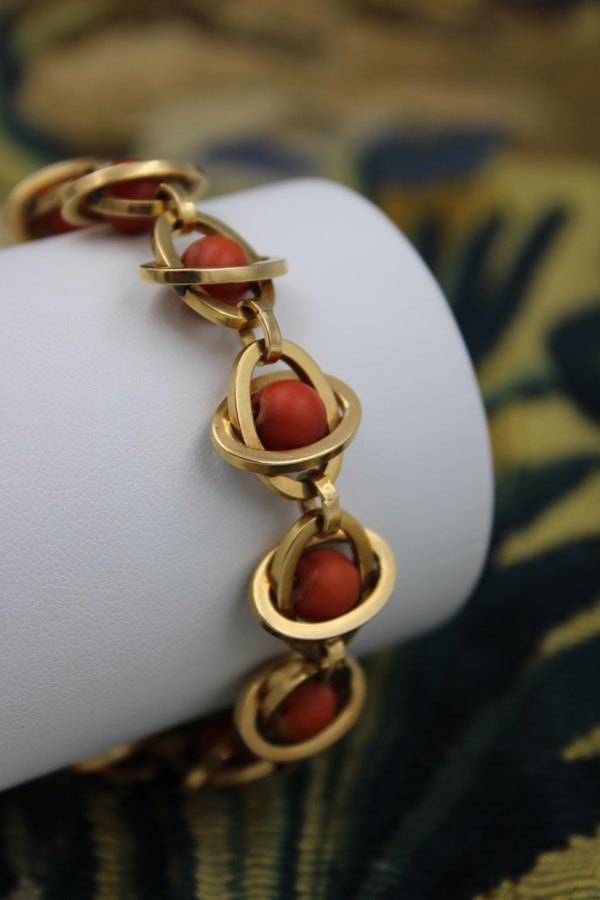 A very unusual Coral Bracelet set in 18 Carat Yellow Gold (tested), French, Circa 1945. - image 3