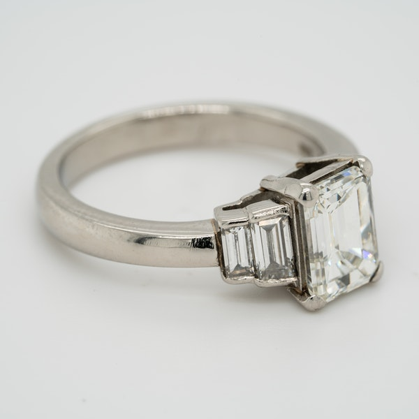 Emerald cut  diamond ring of 2.02 ct  with 3 diamond  baguettes each side - image 2