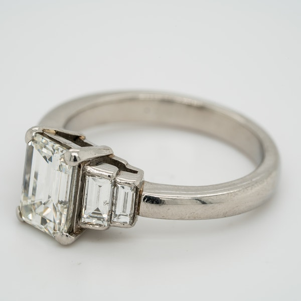 Emerald cut  diamond ring of 2.02 ct  with 3 diamond  baguettes each side - image 3