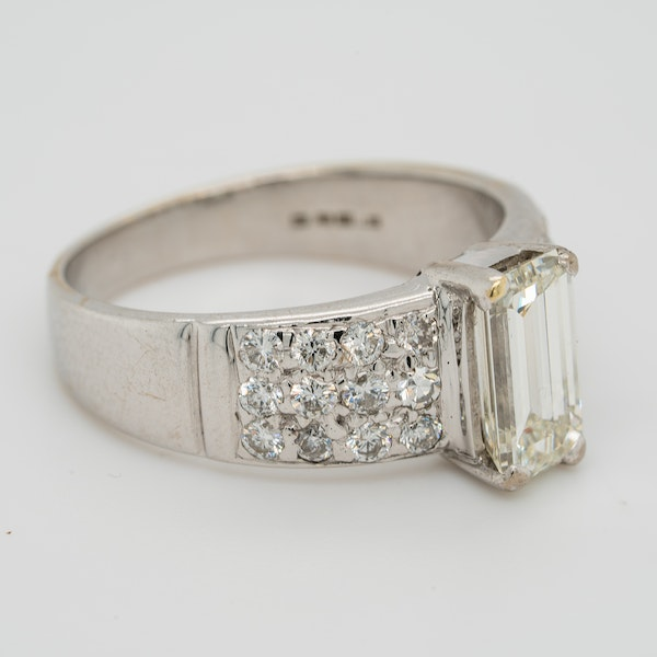 Emerald cut diamond ring of 1.40 ct with extended brilliant cut diamond shoulders . Certificated - image 2