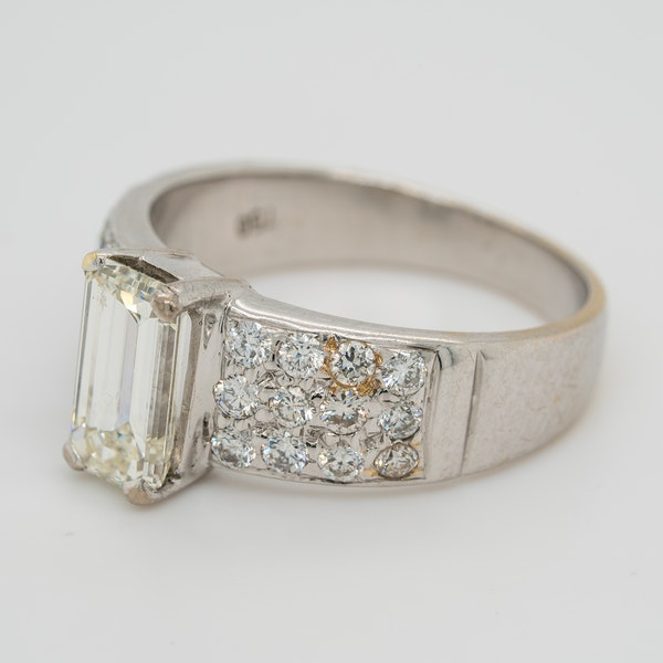 Emerald cut diamond ring of 1.40 ct with extended brilliant cut diamond shoulders . Certificated - image 3
