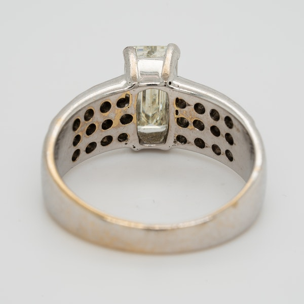 Emerald cut diamond ring of 1.40 ct with extended brilliant cut diamond shoulders . Certificated - image 4