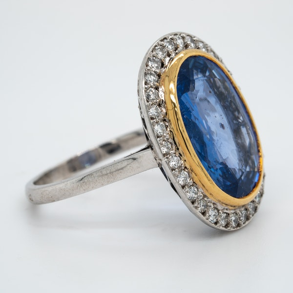 Large natural sapphire and diamond ring - image 2