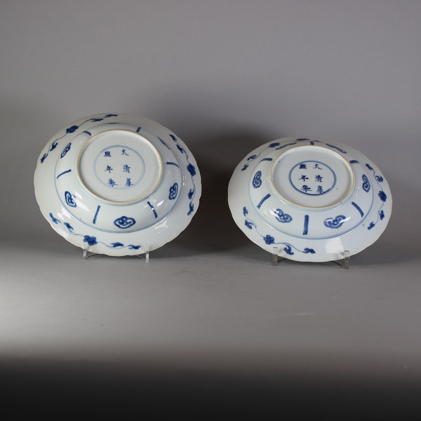 Pair of Chinese small deep blue and white warrior dishes, Kangxi (1662-1722) - image 2