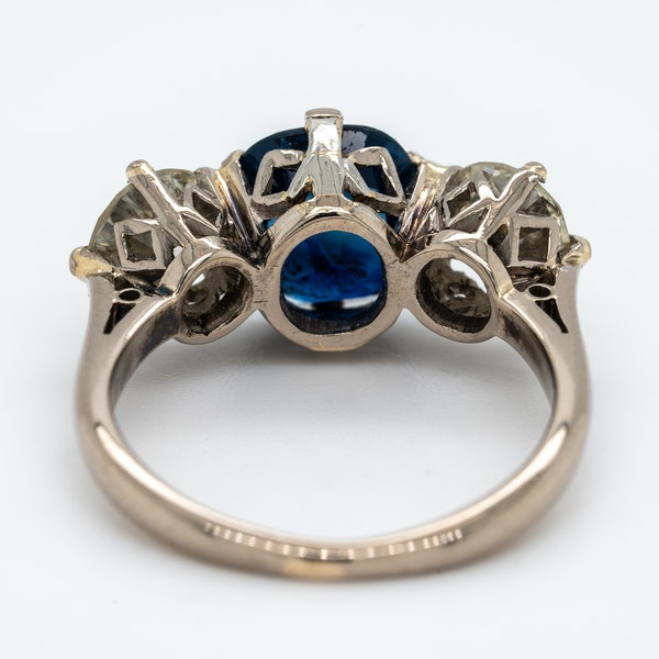 Sapphire and diamond oval cluster ring - image 3