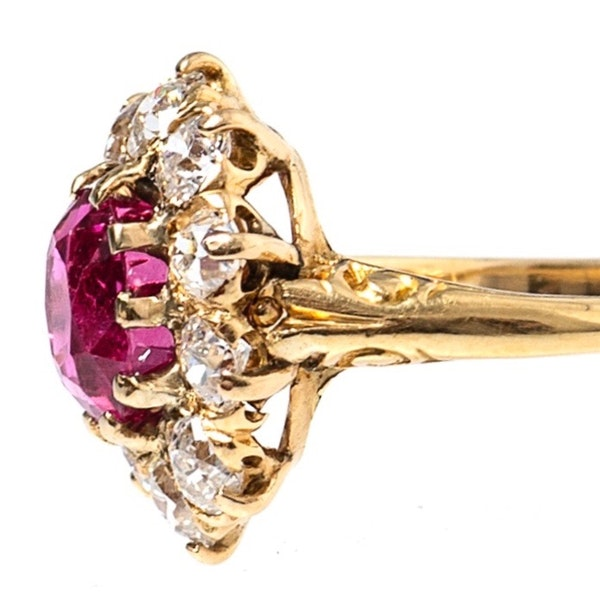 Victorian Ring with Burma Ruby and Diamonds in 18 Carat Gold, English circa 1890. - image 3