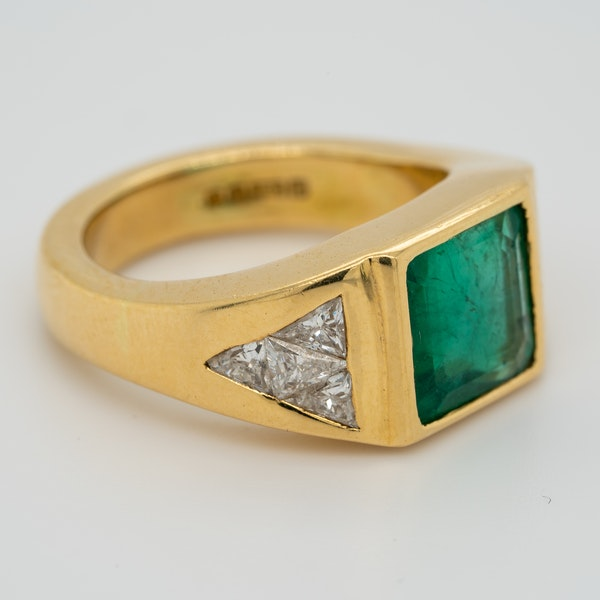 1960s Emerald and diamond ring with triangular diamond shoulders - image 2