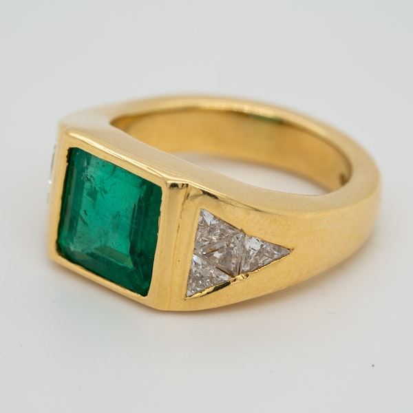 1960s Emerald and diamond ring with triangular diamond shoulders - image 3