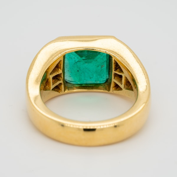 1960s Emerald and diamond ring with triangular diamond shoulders - image 4