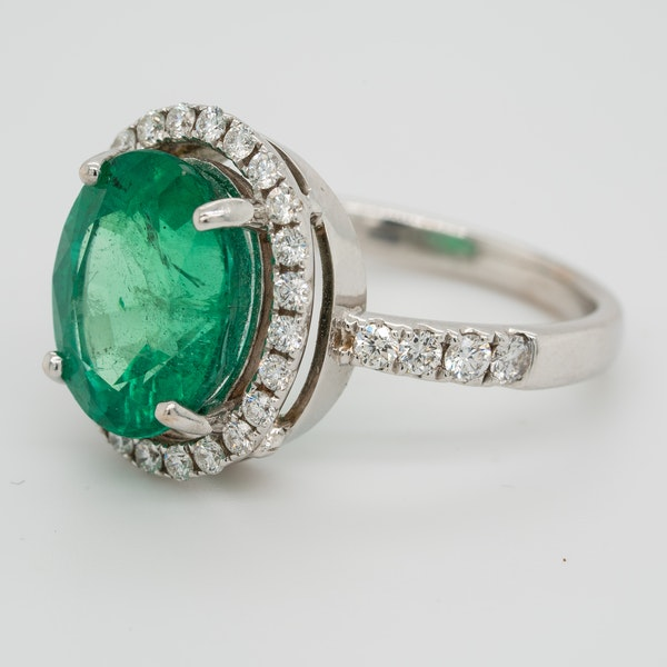 Emerald and diamond cluster ring, emerald 5.0 ct est. - image 3