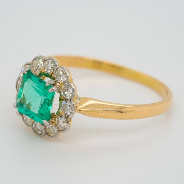 Emerald and diamond Art Deco round cluster ring - image 3