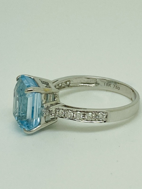 18K white gold Diamond and Topaz Ring - image 3