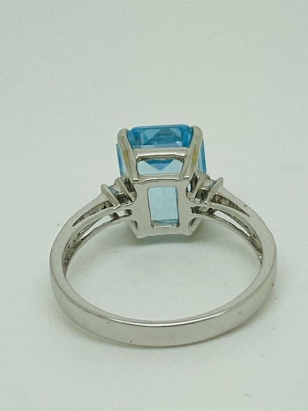 18K white gold Diamond and Topaz Ring - image 4