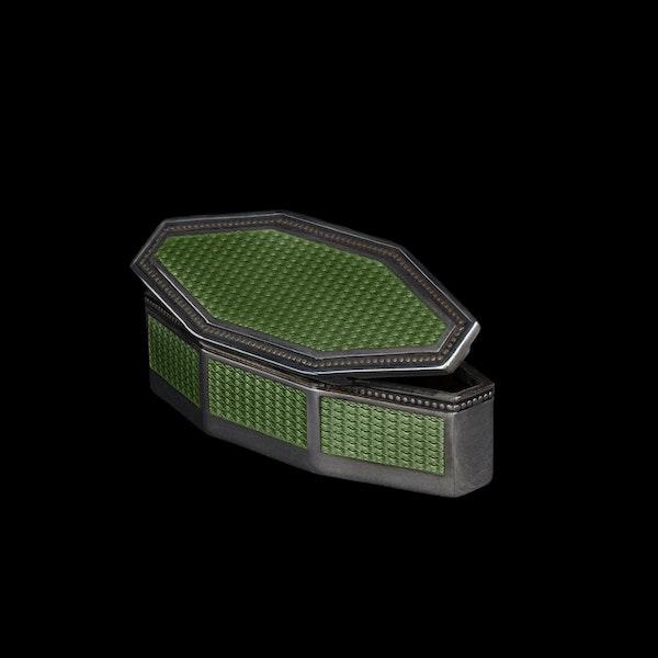 A green enamel silver box - image 2