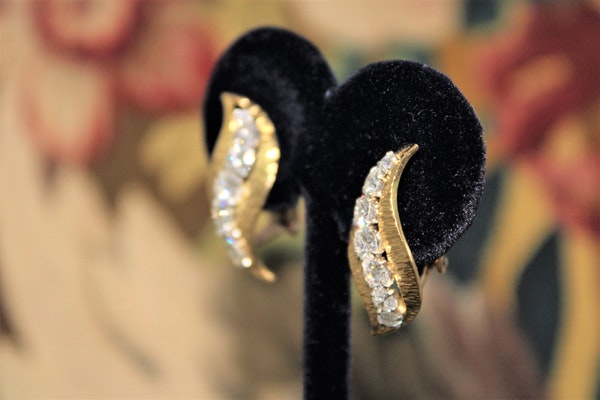 A very fine pair of Diamond & 18 carat Yellow Gold (marked) Earrings, English, Circa 1980. - image 3